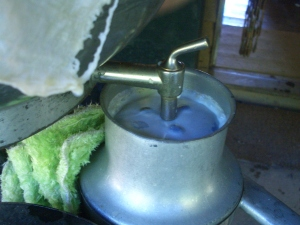 The tap is open: the milk runs into the centrifuge and separates the cream from the milk!